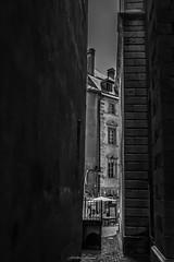 Secret Lane (N/B) (Frédéric Fossard) Tags: venelle rue passage vieillevile villeancienne citévauban citadelle villefortifiée briançon hautesalpes monochrome noiretblanc blackandwhite lumière light ombre shadow street photoderue ville bâtiment vertical mur wall lane way