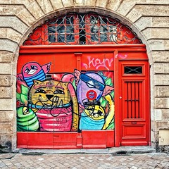 Les petits personnages du streetartist Costah (Isa-belle33) Tags: door porte urban urbain city ville colors couleurs animals animaux animal bordeaux fujifilm red rouge street streetphotography streetart