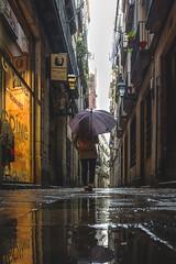 Un Reflejo de tí (Nicolás Roselló) Tags: barcelona spain españa catalunya catalonia calle street urban urbana lluvia nikon nikond7100 d7100 personas person city ciudad
