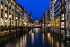 Blue Hour Shopping (Duke.Box) Tags: blauestunde sony6300 hamburg architektur architecture wasser gebäude stadt himmel blau