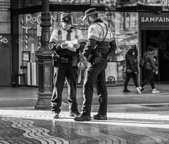 La Rambla (michael_hamburg69) Tags: barcelona spain spanien barcelone barcelonés barcelonesa barcellona espagne españa spagna xībānyá katalonien catalonia cataluña uniform male man monochrome rambla street guy