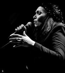 _DSC1725 - Annick Tangorra (Le To) Tags: nikond5000 noiretblanc nerosubianco bw monochrome femme chanteuse profil portrait ritratto concert musique chant micro main