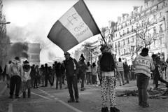 Paris (maxfloriat) Tags: paris giletsjaunes bw blackandwhite noiretblanc leicam6 zeiss planar 50mm street analog