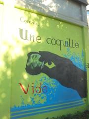 comme une coquille vide (en-ri) Tags: mano hand bicchere glass verde azzurro nero rosso torino wall muro graffiti writing