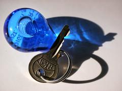 Pendant (BeMo52) Tags: blau blue hardlight keychain licht light macro macromondays makro ring schatten schlüsselanhänger shadow fob