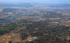 2018_07_18_den-pdx036 (Nfrastructure) Tags: 20180718 denpdx ascent aerial windowseat windowshot aviation flying brown suburb sprawl thornton thontoncolorado denver denvercolorado radio transmitter tower antennas array directional development khow know630