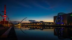 Dublin, Samuel Beckett Bridge mit Diving Bell (FV1405) Tags: 2018 blauestunde dublin irland architektur brücke gebäude blaue stunde hafen