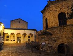 Ravenna - notturno 3 (antonella galardi) Tags: emilia romagna ravenna natale 2018 città notte battistero ariani chiesa spiritosanto