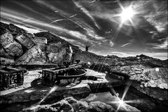 Incantation au soleil! / Sun salutation!! (vedebe) Tags: soleil reflets reflections ciel lumière mer méditerranée abandonné decay poulie noiretblanc netb nb bw monochrome marseille architecture téléscaphe eau