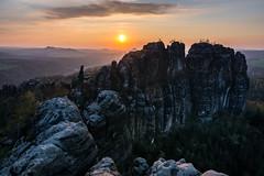 Sonnenuntergang über den Schrammsteinen (Erikx44) Tags: sonyalpha6000 sigma16mmf14 saxony sachsen sächsischeschweiz elbsandsteingebirge deutschland wideangle sunset mountains berge germany