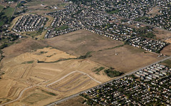 2018_07_18_den-pdx032 (Nfrastructure) Tags: 20180718 denpdx ascent aerial windowseat windowshot aviation flying brown suburb sprawl thornton thontoncolorado denver denvercolorado radio transmitter tower antennas array directional development khow know630