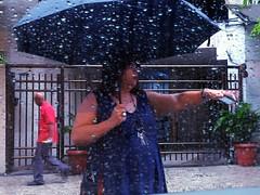 espero a chuva cair... (lucia yunes) Tags: rua cenaderua fotoderua fotografiaderua diadechuva guardachuva tempodechuva chuva rain rainday umbrela streetshot streetscene streetphotographie streetphotography streetlife motoz3play luciayunes