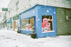 Vancouver 2019 (mimai2007) Tags: leicam6 vancouver snow love balloons valentinesday winter store portra400 filmphotography