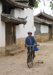 Vintage Bicycle, Lijiang, Yunnan Province, China (Eric Lafforgue) Tags: a0007848 adultsonly asia bicycle china colorpicture day frontview fulllenght lijiang onepeople oneperson outdoors realpeople riding senioradult transportation unescoworldheritagesite vertical vintage yunnan yunnanprovince