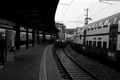 S24    (Film) (Harald Philipp) Tags: switzerland zug station platform schweiz bw blackandwhite film analog 135 35mm kodak retinaiiic schneiderkreuznach primelens tracks travel journey foldingcamera rangefinder