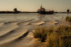 Amono pa Sevilla (Alvroam) Tags: guadalquivir rio atardecer sevilla andalucia naranja olas barco ship river sunset orange