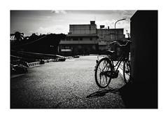 港の自転車 (gol-G) Tags: fujifilm xpro2 fujifilmxpro2 nokton 35mm f12 voigtlandernokton35mmf12aspherical digital bw japan kobe