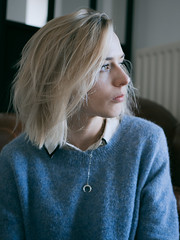 P1000682 (rozenn.rgr) Tags: lumixgx80 lumixgx85 lumixg panasonic 25mm 25mmf17 girl blond blondgirl portrait face regard féminin bluemood brest bretagne gx80 autoportrait woman visionasp