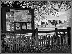 Kenilworth Millennium Trail (Jason 87030) Tags: kenilworth ayout englishheritage site ruins architecture building structure history historic walk path pathway fence gate notice sign trail millennium funded funding bw bbw black white blackwhite noir blanc uk england april 2019 frame border tree wark warwickshire group preservation map mono tones