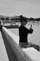 What Expression On This Posture ??? (Last Border of the Picture) Tags: woman femme jeune young girl fille string tshirt moulant skinny main hand doigt finger plage beach sable sand promenade france south sud midi méridional le grau du roi petite camargue gard languedoc occitanie europe chignon bun cheveux hair lunettes de solei sunglasses glasses men man people gens assis assise sit look regard allure style mer bord sea side relax cool farniente