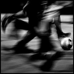 _dinamiche_di_gioco_ (3NT8) Tags: torino street bn bw biancoenero blackandwhite pietro clarizia albero tree neve snow calcio soccer panning sport