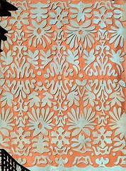 Barcelona - Ripollès 085 d (Arnim Schulz) Tags: modernisme modernismo barcelona artnouveau stilefloreale jugendstil cataluña catalunya catalonia katalonien arquitectura architecture architektur spanien spain espagne españa espanya belleepoque outerwall wall wand pared paret mur murs decorativo decorative dekorativ verzierung art arte kunst baukunst building gebäude edificio bâtiment sgraffite gaudí pattern deco sgraffito esgrafiat esgrafiado liberty textur texture muster textura decoración dekoration deko ornament ornamento