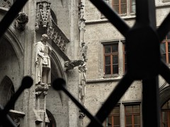 figure on the wall (SM Tham) Tags: europe germany bavaria munich marienplatz neuerathaus newtownhall building architecture neogothic courtyard statue wallrelief gargoyle windows walls netting