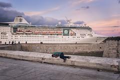 Nochebuena en La Habana (Javier Álamo Andrés) Tags: amrica fuji x100f habana havana port cruise christmas eve caribbean urban people cityscape street photography sunset cuba