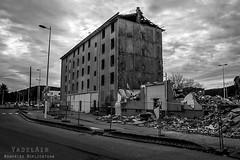 Alès Pres st jean-8725 (YadelAir) Tags: alès immeuble destruction pelleteuse débris démolition rue noiretblanc habitat hlm