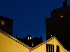 Lyon - L'heure bleue à la Croix-Rousse (Gilles Daligand) Tags: lyon rhone croixrousse heurebleue ciel immeubles mur jaune fenêtres atdusk crépuscule