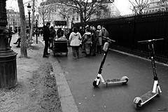 Une crêpe à trottinette (Un jour en France) Tags: canonef1635mmf28liiusm canoneos6dmarkii trottinette crêpe humour noiretblancfrance noiretblanc paris rust rue street strase