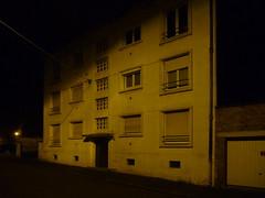 (Jean-Luc Léopoldi) Tags: nuit immeuble moche hlm ombre darkness obscurité façade silence nobody désert années50 streetlighting rue arras