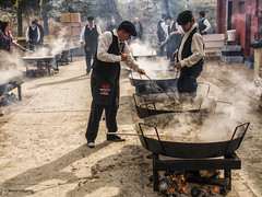 2749 Cocinando paellas en serie (Ricard Gabarrús) Tags: cocina cocinando paella sarten cocinero rancho paellero ricardgabarrus ricgaba olympus