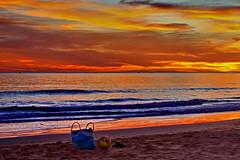 Haveres abandonados na praia... (Zéza Lemos) Tags: portugal praia pordesol puestadelsol praias oceano algarve água areia gaivotas bola vilamoura verão céu contraluz entardecer nuvens sunset sol surf