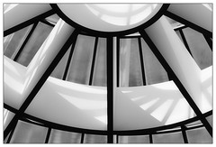 Geometrisch | geometric (frodul) Tags: abstrakt architektur detail fenster gebäude gestaltung innenansicht konstruktion kurve kreis rund symmetrie verglasung münchen himmel bayern deutschland sw bw monochrom einfarbig linie licht schatten light shadow