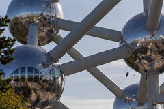 Cleaning the Atomium (itmpa) Tags: atomium brusselsworldsfair expo58 1958 1950s andréwaterkeyn andréandjeanpolak unitcell ironcrystal stainlesssteel steel heyselplateau brusselsworld'sfair brussels bruxelles belgium archhist itmpa tomparnell canon 6d canon6d eeuwfeestlaan brusselscapitalregion be cleaning abseiling