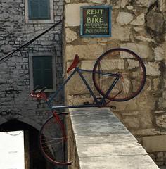 New bicycle parking ?? (wilma HW61) Tags: šibenik kroatië croatia croazia dalmacija dalmatië dalmatia hrvatska fiets biciklizam bike bicycle vélo ciclismo rijwiel vervoermiddel mezzoditrasporto moyensdetransport meansoftransport oudestad oldcity oldtown muur wall europa europe outdoor wilmahw61 wilmawesterhoud