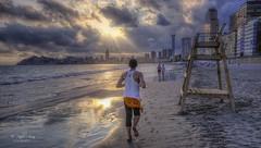 (055/19) Footing (Pablo Arias) Tags: pabloarias photoshop ps capturendx españa photomatix nubes cielo arquitectura corredor playa arena escalera mar agua mediterráneo poniente benidorm alicante