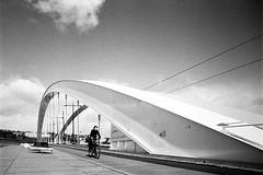 Raymond se Barre (RG-Photographie) Tags: 21mm 400tx analog argentique colorskopar film kodak leica leicam2 trix400 voigtlander streetphotography lyon pont bridge