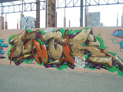 378 (en-ri) Tags: wubik boc bocs crew 50 arancione marrone viola arrow giallo verde parco dora torino wall muro graffiti writing