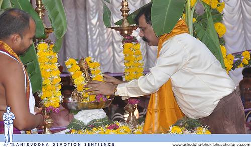 Sadguru Shree Aniruddha offering garland to Shree Bramhanaspati during Shree Maghi Ganeshotsav | श्री माघी गणेशोत्सवात श्रीब्रह्मणस्पतिस पुष्पहार अर्पण करताना सद्गुरु श्रीअनिरुद्ध बापू
