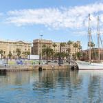 Dreimaster legt Anker an der Promenade Rambla de Mar des katalanischen Hafens Port Vell in Barcelona, Spanien thumbnail