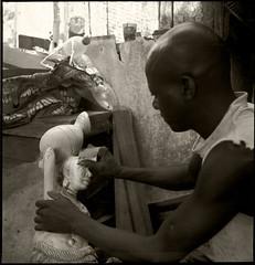 Bassam Sculpture 19-03-RFlx 03 (Gilles_Ollivier_GeO) Tags: rollfilm rolleiflexk450 abidjan street people bassam atelier sculpture boi