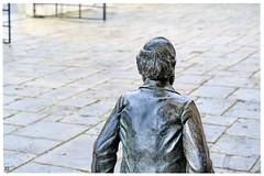 Waiting for Carl (Aspenlaub (blattboldt)) Tags: ernstabbe jena planetarium アッベ klausdieterlocke bronzestatue 阿貝 zeiss sony carlzeiss ilce7rm3 alpha7riii manualfocus manualiris manualexposure specialthankstochristophecasenaveandhisteamfromzeissfortheirpersonalinvolvementinthedevelopmentoftheloxialensline ⚶ emount manualwhitebalance nārrātō legitō laudātū loxia2485 loxia2485sonnar 85mm 51695547 sonnar physiognomic choreographic historiographic shallowdepthoffield dof city urban art sculpture portrait portraiture wait friend handheld europe germany thuringia back longing bronze contrast 3dpop metal shiny marcato