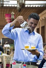 Aireando el te (Mario Vall) Tags: 2018 marrakech marruecos gente te infusion