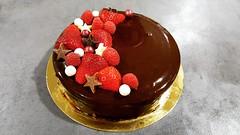 Quand un collègue fête son anniversaire...Happy B-Day Fabrice! 🎂🎉  Entremet chocolat groseille-fraise-framboise (Claire Coopmans) Tags: