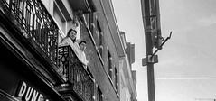 Au balcon (BenoitGEETS-Photography) Tags: bruxelles brussels streetphoto balcon peignoir noiretblanc nb bn bw blackwhite tranquilité tranquility huawei p8