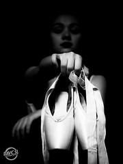 «J'admire ceux qui continuent à danser même lorsque la musique s'est arrêtée, car ce sont ceux qui continuent d'avancer lorsque tout espoir est perdu» (davcsl) Tags: art blackwhite bw biancoenero blackandwhitephotosonly davcsl doigts danse dance danseuse fille gard languedocroussillon monochrome monotones model noiretblanc noiretblancblackwhite nb nimes nîmes occitanie people pointes danseclassique conservatoire women woman