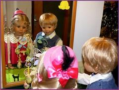 Luis und Bärbel entdecken den Osterbaum / Luis and Bärbel finding the 'Easter tree' (ursula.valtiner) Tags: puppe doll luis bärbel masterpiecedoll künstlerpuppe osterbaum easter eastertree spiegel mirror