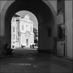Pisa, Piazza dei Cavalieri (BG Sixtyniner) Tags: italia italy toscana tuscany pisa piazzadeicavalieri churchoftheknights cosimoidemedici scuolanormalesuperiore square architecture passage street statue figure sunbathing contrast summer shadow mansitting midday film analog 6x6 roll 120mediumformat blackwhite bw hasselblad 500cm carlzeiss macroplanar cfi f4 120mm ilford hp5 expired microphen homedev stock 10 canoscan 9000f vuescan
